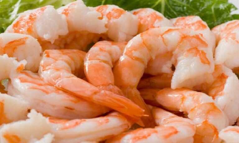Người bị ho chỉ nên lấy thịt của tôm để ăn, bỏ phần vỏ và càng tôm