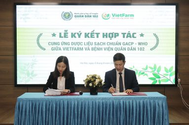 Đại diện Bệnh viện Quân Dân 102 và đại diện Trung tâm dược liệu Vietfarm đặt bút ký kết hợp tác cung ứng dược liệu