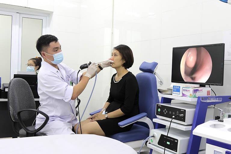 Bệnh nhân trước mình đang làm nội soi mũi