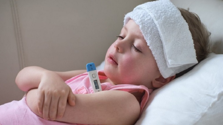 Trẻ có thể bị sốt cao khi bị viêm amidan