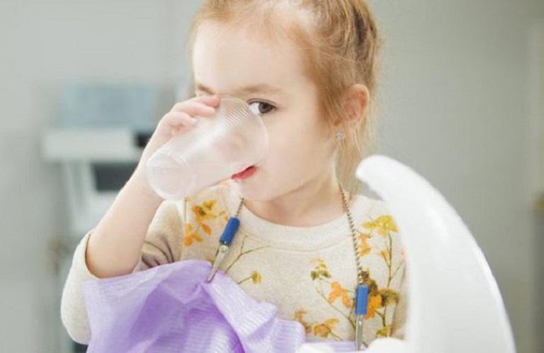 Cho trẻ uống thuốc để điều trị tình trạng amidan phì đại