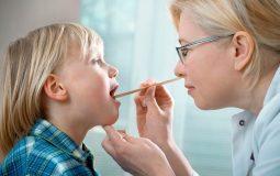 Theo dõi triệu chứng bệnh của trẻ là cách chăm sóc trẻ bị viêm amidan rất quan trọng