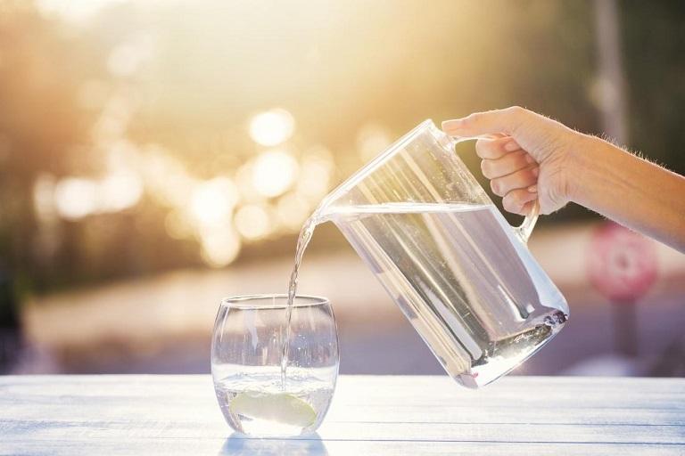 Khi trẻ bị viêm amidan nên cho trẻ uống nhiều nước ấm