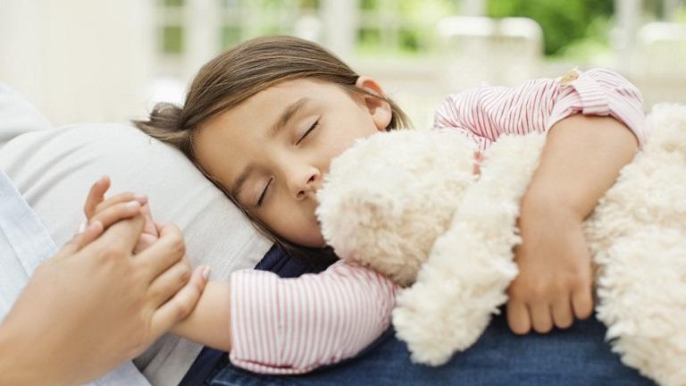 Sau khi cắt amidan, cần để trẻ nghỉ ngơi và có biện pháp chăm sóc phù hợp