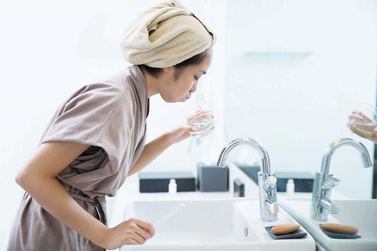 Thường xuyên súc miệng, diệt khuẩn để cải thiện tình trạng bệnh