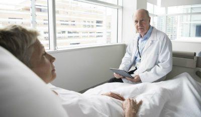 Sau khi cắt amidan, người bệnh cần được nghỉ ngơi và chăm sóc