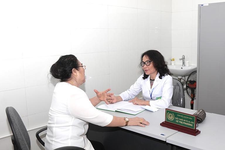 Nghệ sĩ kim Xuyến được bác sĩ lê Phương tư vấn cụ thể về phương pháp chữa viêm xoang