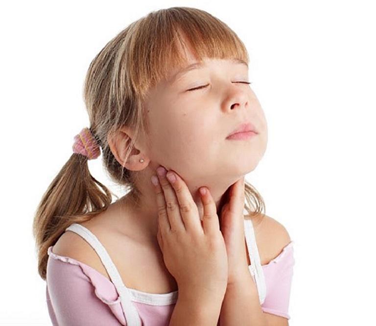 Trẻ có thể bị đau, ngứa rát cổ họng và sốt