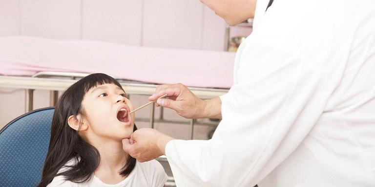 Khi bị viêm amidan, các bác sĩ có thể dễ dàng thấy amidan của bé bị sưng to, tấy đỏ