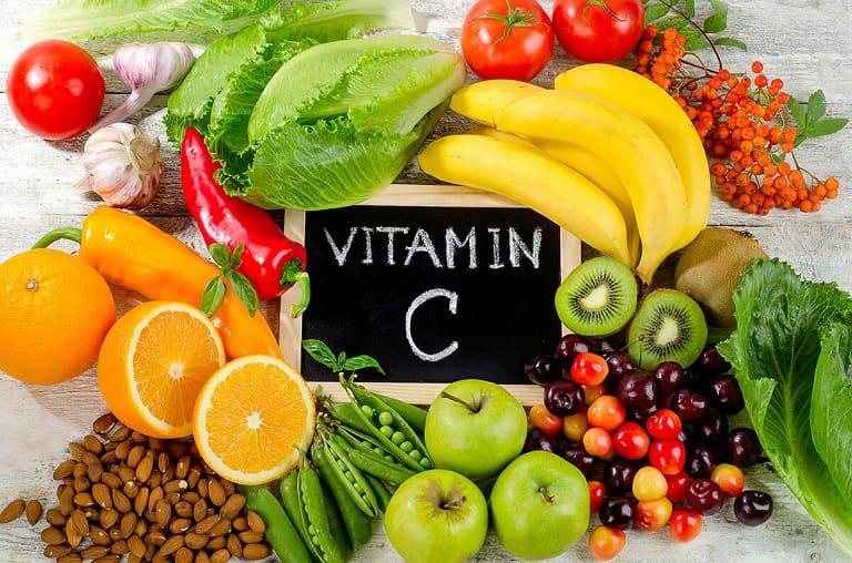 Trẻ bị viêm amidan nên ăn nhiều trái cây chứa vitamin C