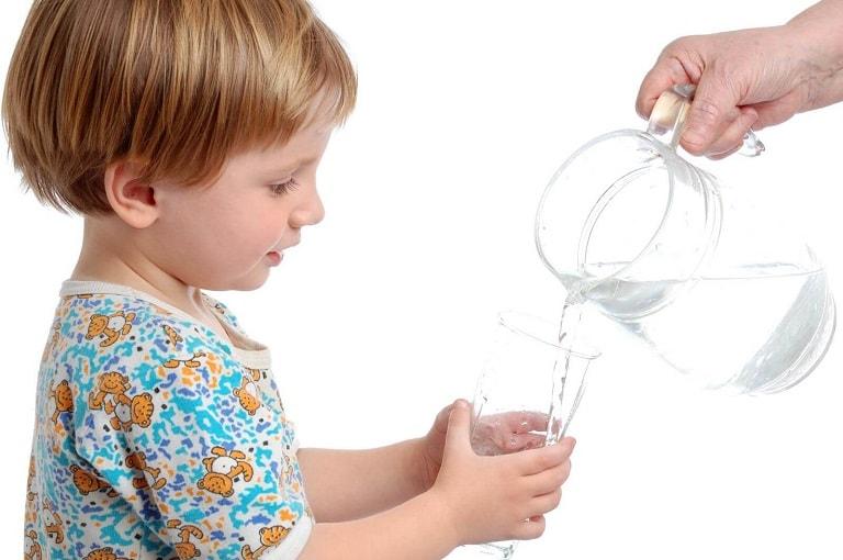 Nên cho trẻ uống nhiều nước