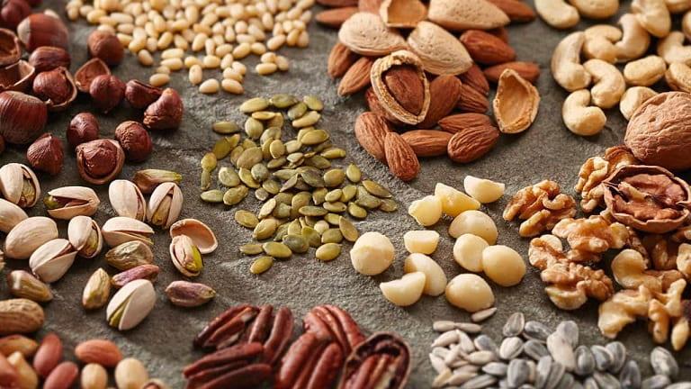 Trẻ bị viêm amidan nên kiêng ăn các loại hạt quá cứng
