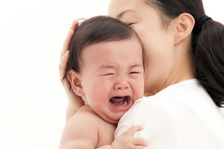 Trẻ bị viêm họng ăn vào là nôn, sốt cao, quấy khóc, cơ thể mệt mỏi...