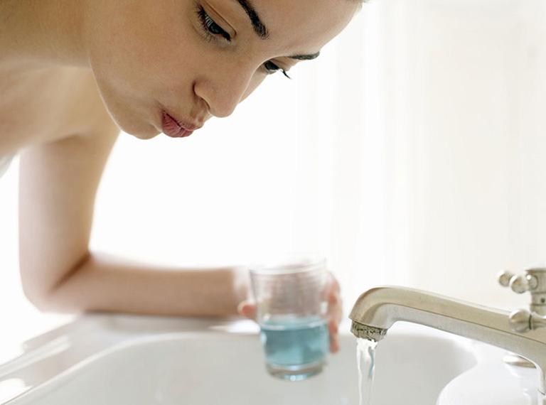Vệ sinh mũi họng, khoang miệng thường xuyên bằng việc đánh răng, súc miệng diệt khuẩn..