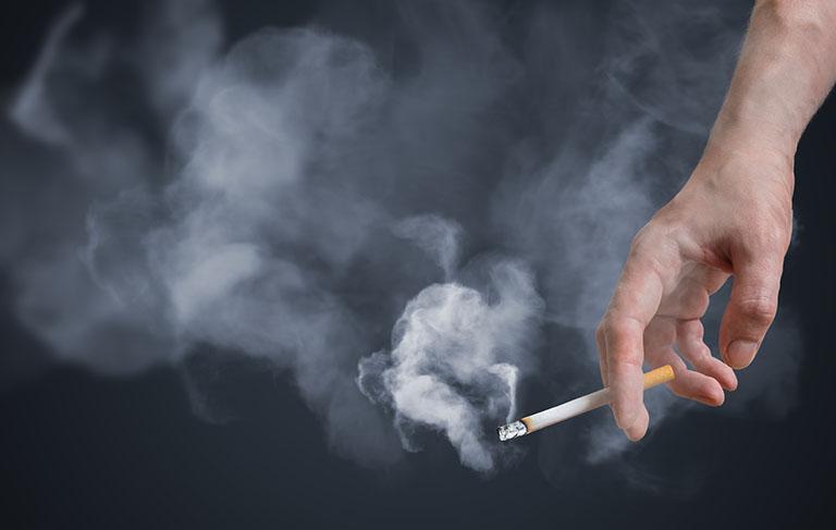 Môi trường sống ô nhiễm, thường xuyên tiếp xúc với khói thuốc sẽ gây nên bệnh