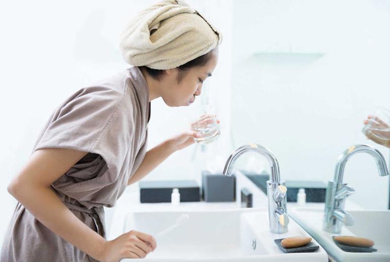 Súc miệng sát khuẩn mỗi ngày là điều người bệnh nên làm