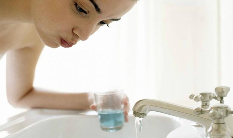 Sử dụng nước muối súc họng hàng ngày để giảm đau họng do vi khuẩn gây ra