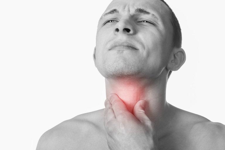 Người bệnh có cảm giác nóng rát cổ họng, đau và vướng víu họng