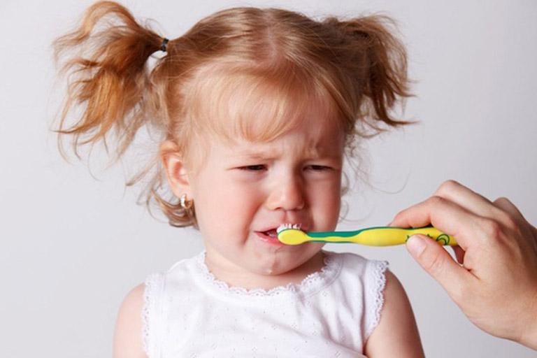 Vệ sinh răng miệng không đúng cách có thể khiến trẻ bị viêm loét họng