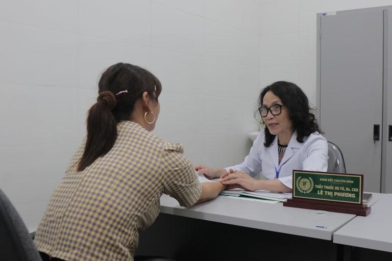 Bệnh nhân được bắt mạch, thăm khám lâm sàng bằng Đông y