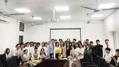 Các sinh viên chụp ảnh lưu niệm cùng Ban lãnh đạo Bệnh viện, Vietmec Group