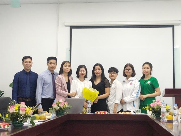 Đại diện sinh viên kiến tập tặng hoa Ban lãnh đạo Tập đoàn Vietmec và Bệnh viện Quân Dân 102