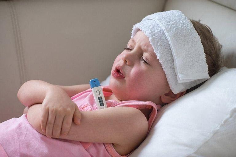 Cha mẹ có thể chườm khăn ấm để hạ sốt cho bé