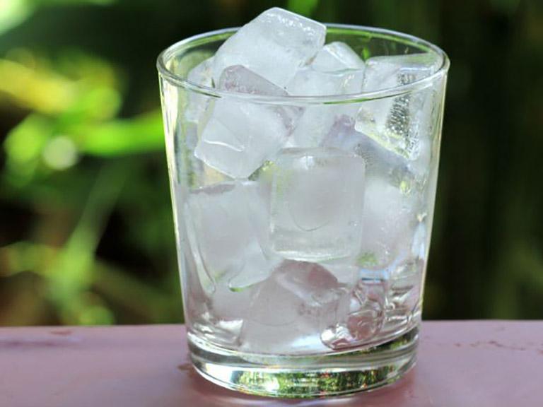 Uống nước đá làm tổn thương niêm mạc họng, khiến bệnh nặng hơn