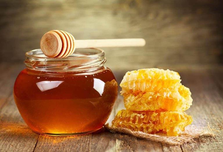Người bệnh có thể uống trà mật ong hàng ngày để giảm đau, sưng viêm