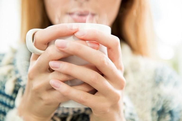 Người bị viêm họng nên uống nước ấm để làm dịu niêm mạc họng