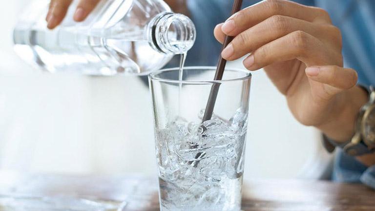 Viêm họng uống nước đá nên hay không nên là thắc mắc của nhiều người khi bị viêm họng. Câu trả lời là không nên