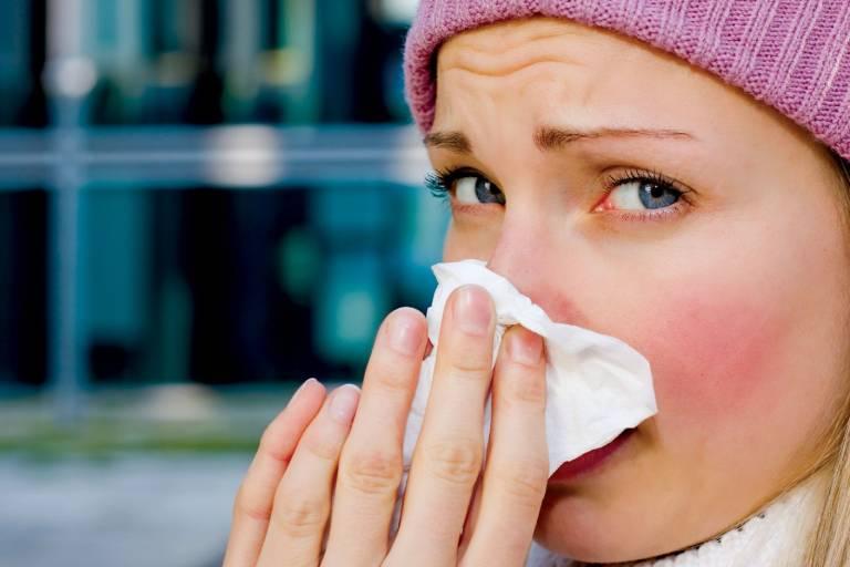 Người bệnh có triệu chứng sổ mũi, dịch mũi trong, chảy nhiều, mất kiểm soát