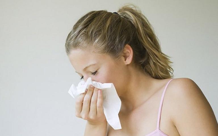 Viêm mũi dị ứng mãn tính là tình trạng người bệnh gặp phải các triệu chứng viêm mũi dị ứng kéo dài trên 12 tuần và tái phát nhiều lần