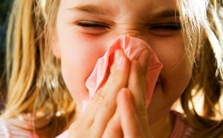 Người bệnh bị nghẹt mũi nghiêm trọng, có biểu hiện sưng to, phù nề tại cuống mũi