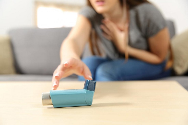 Người bệnh có dấu hiệu thở khò khè, thở nặng nhọc hoặc nghẹt thở