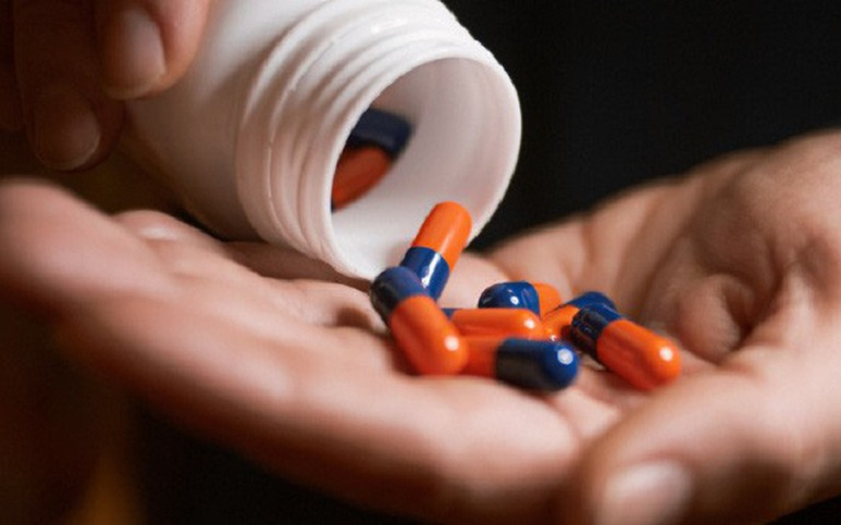 Sử dụng thuốc điều trị cho người bệnh