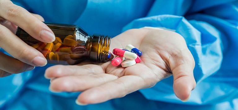 Người bệnh viêm phế quản dùng thuốc theo chỉ định của bác sĩ