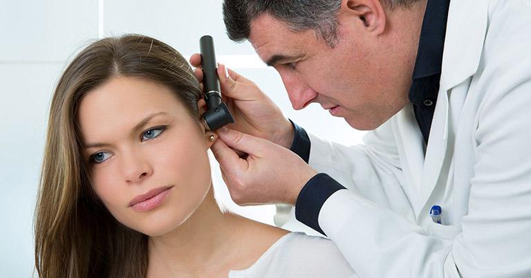 Bác sĩ thực hiện các xét nghiệm nhằm chẩn đoán chính xác bệnh