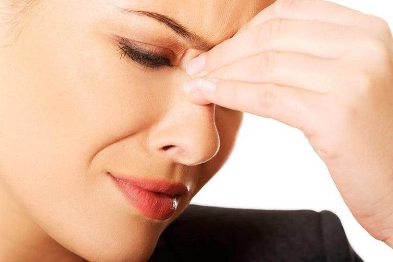 Người bệnh thường xuyên bị chảy nước mũi, hắt xì liên tục và có biểu hiện nghẹt mũi. Ngoài ra còn bị chảy dịch nhầy liên tục