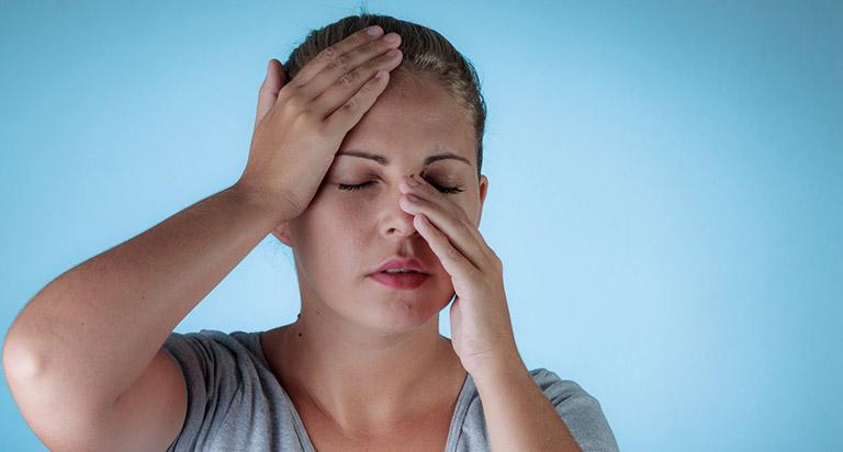 Người bệnh có triệu chứng đau đớn quanh mặt và chảy dịch mũi thường xuyên