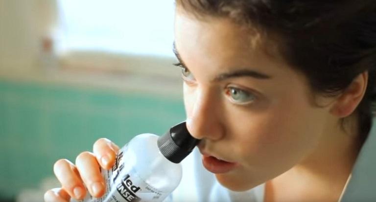 Người bệnh cần rửa mũi thường xuyên để làm sạch vùng xoang