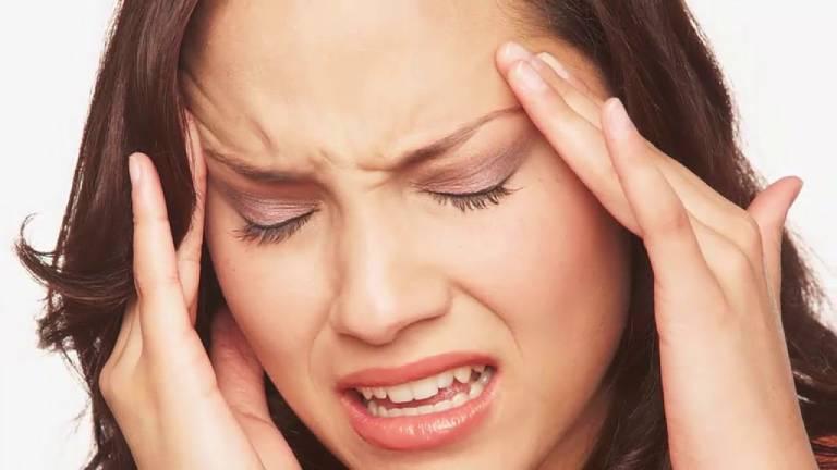 Người bệnh có triệu chứng đau nhức sâu ở gò má sau đó lan rộng ra khu vực sống mũi và trán