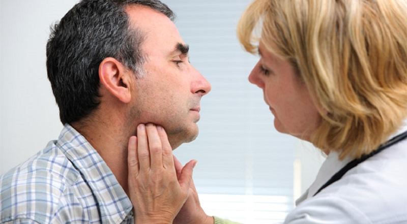 Viêm họng do virus, vi khuẩn có thể lây qua tiếp xúc gần