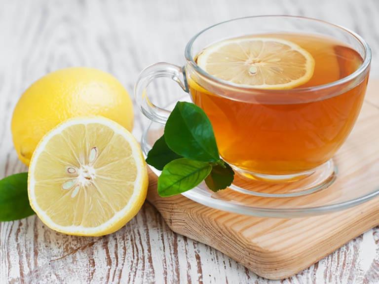 Uống nước chanh mật ong để giảm đau rát họng