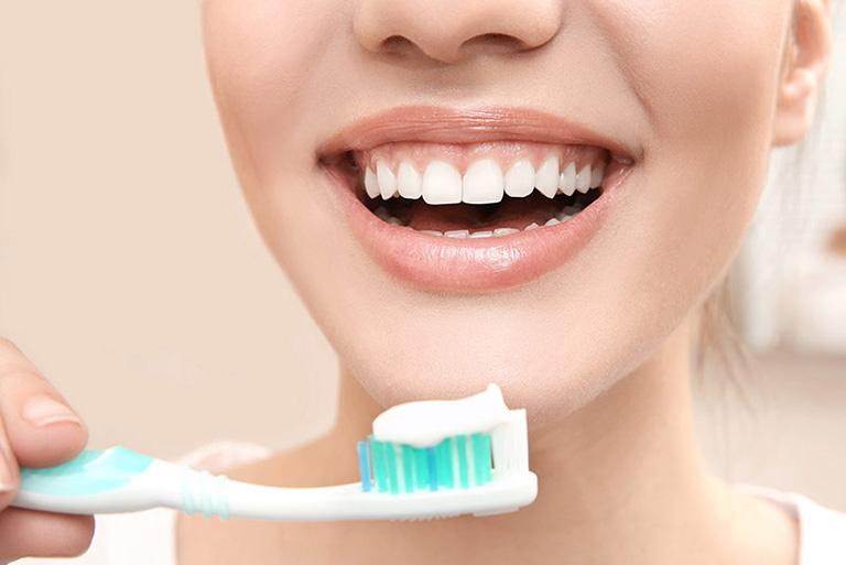 Làm sạch răng miệng để giảm mùi hôi