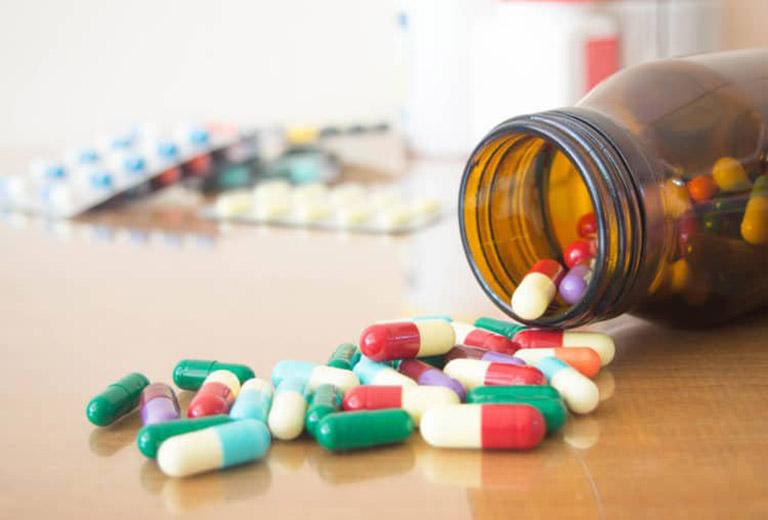 Điều trị nội khoa sử dụng các loại thuốc giảm đau, kháng sinh, kháng histamin…