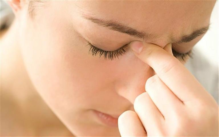 Khi bị viêm xoang hàm trên, người bệnh thường có hiện tượng chảy dịch nhày phía mũi hoặc họng