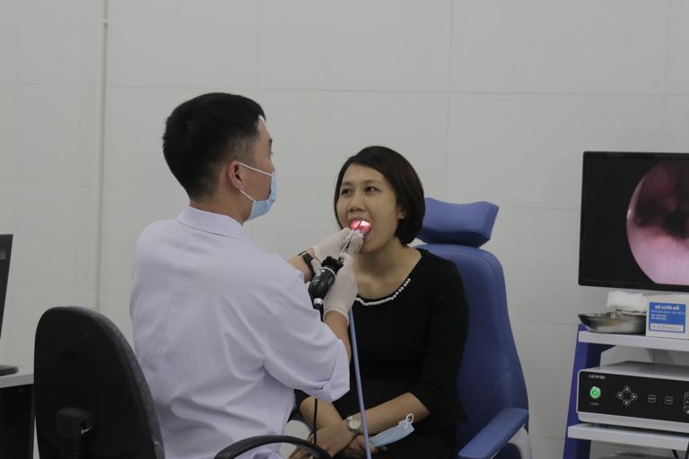 Nội soi họng để xác định tình trạng viêm nhiễm