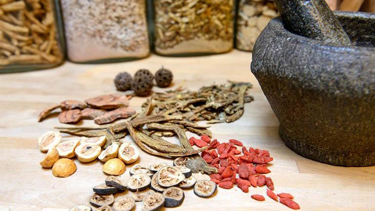 Đông y thường sử dụng thảo dược thiên nhiên, an toàn với nhiều người bệnh