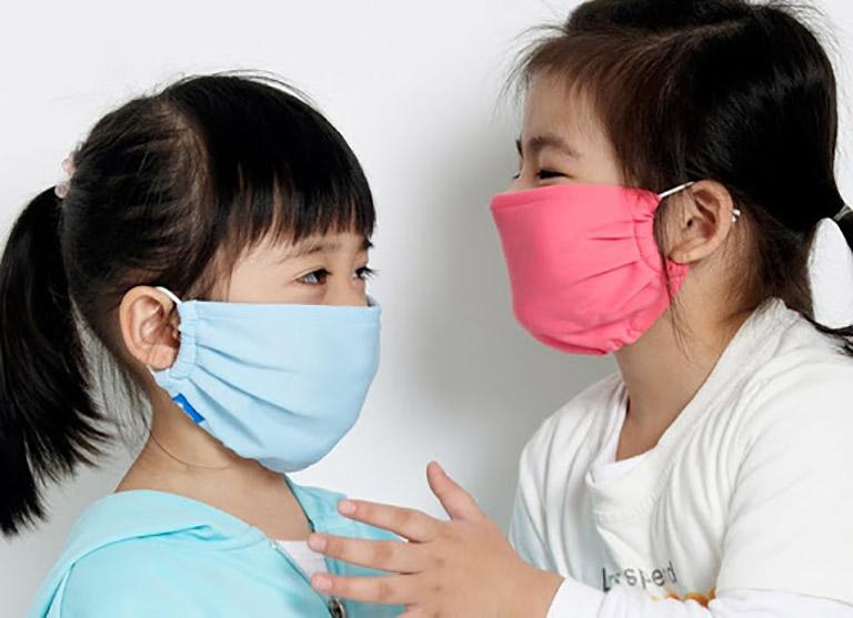 Người bệnh nên che chắn mũi họng kỹ khi ra đường